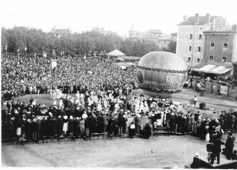 Fête Montgolfier 1933 (26) : Envol d'un ballon, place du Champ de Mars