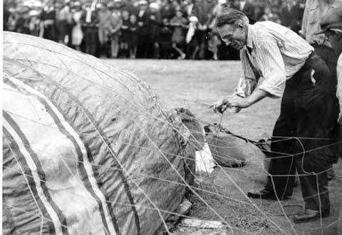 Fête Montgolfier 1933 (7) : J. Cormier gonflant son ballon, place du Champ de Mars