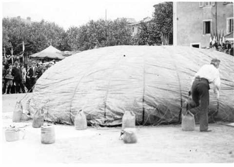 Fête Montgolfier 1933 (8) : J. Cormier gonflant son ballon, place du Champ de Mars